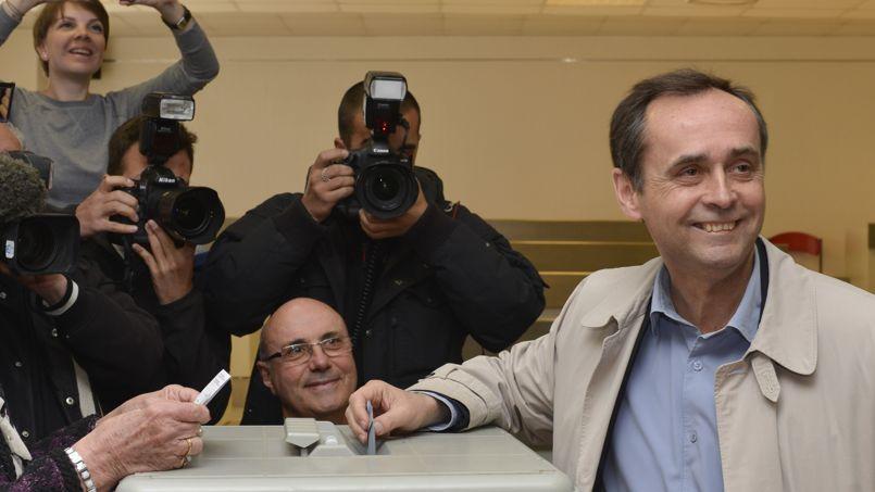 Robert Ménard vote dimanche pour le second tour des municipales à Béziers.