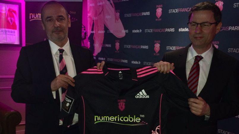 Thomas Savare, président du Stade Français, et Eric Denoyer, PDG de Numericable, présentant ce mardi le nouveau maillot du club de rugby parisien
