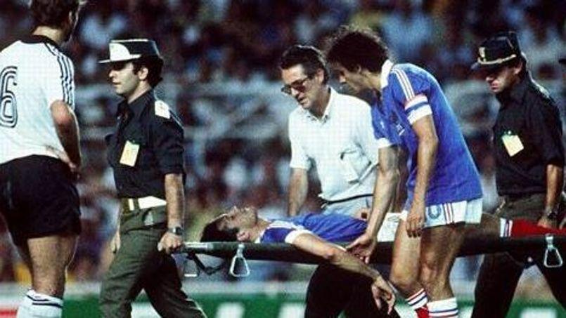 Victime d'une sortie musclée du gardien Harald Schumacher lors de la demi-finale de 1982, Patrick Battiston doit sortir du terrain sur civière. Crédits Photos: AFP
