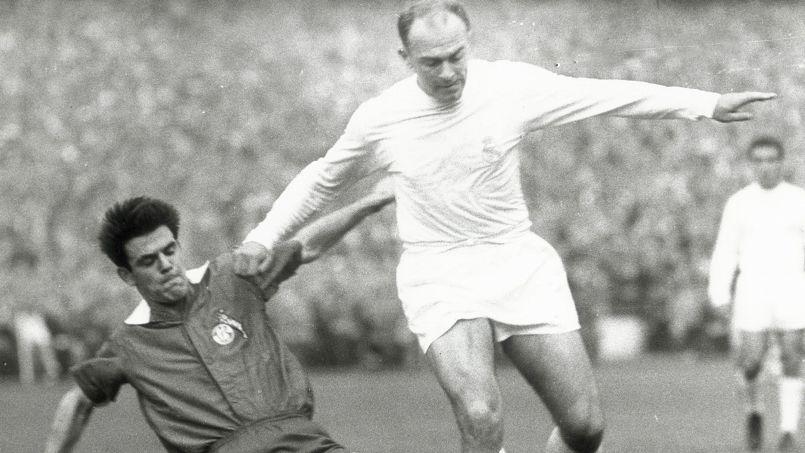 Alfredo Di Stefano (à droite) sous les couleurs du Real Madrid en 1960.