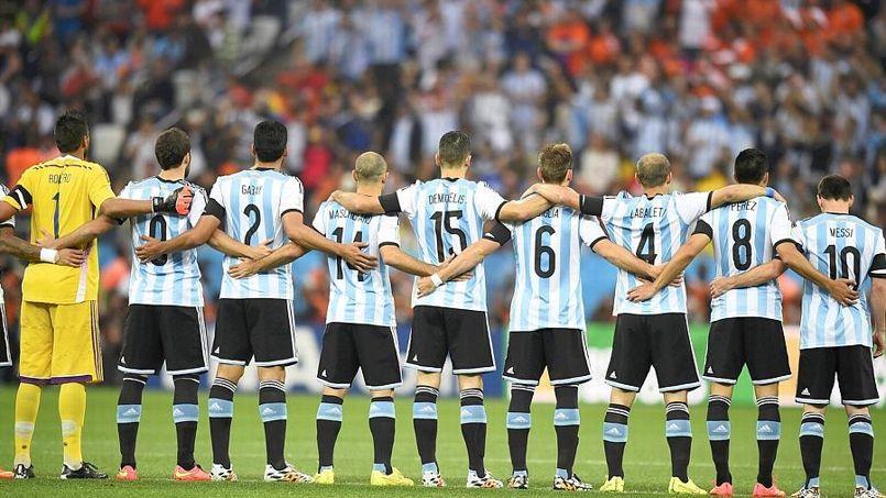 Les Argentins durant la minute de silence en hommage à Alfredo di Stefano.