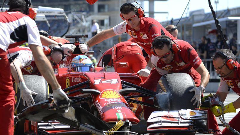 Des mécaniciens travaillant sur la Scuderia Ferrari de Fernando Alonso, le 18 juillet 2014 à Hockenheim (Allemagne).