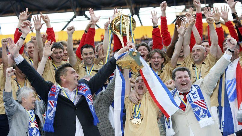 Les joueurs et dirigeants du Tavria Simferopol, le 16 mai 2010, après leur victoire en Coupe d'Ukraine.
