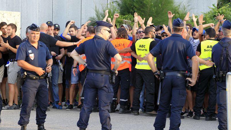 Des policiers et des supporters avant le match Bastia-OM, le 9 août 2014.