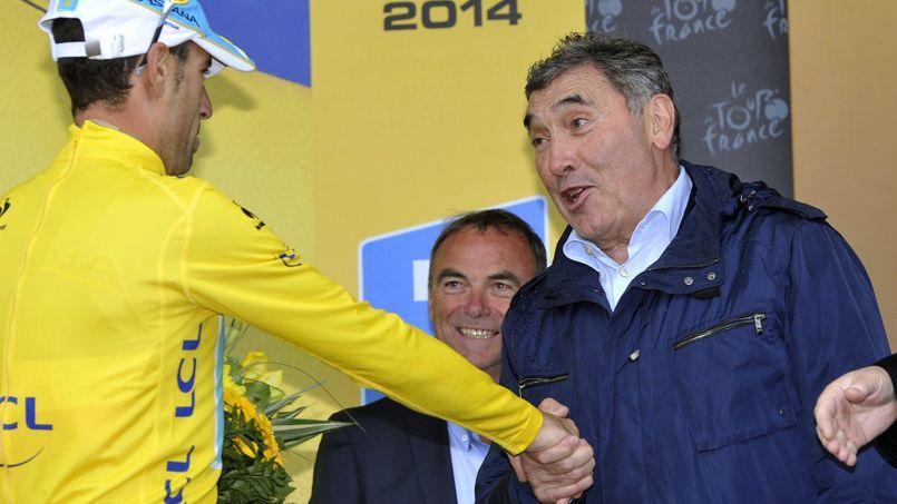 Eddy Merckx félicite Vicenzo Nibali lors du Tour de France 2014.
