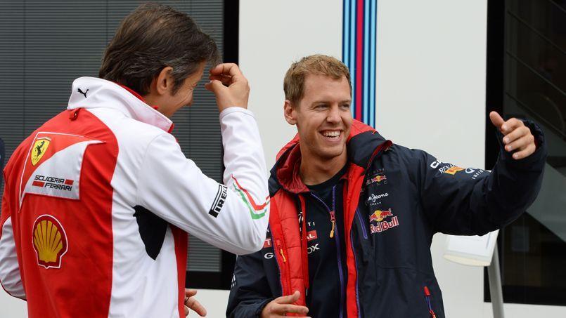 Sébastian Vettel en discussion avec Massimo Rivola, le directeur sportif de Ferrari.