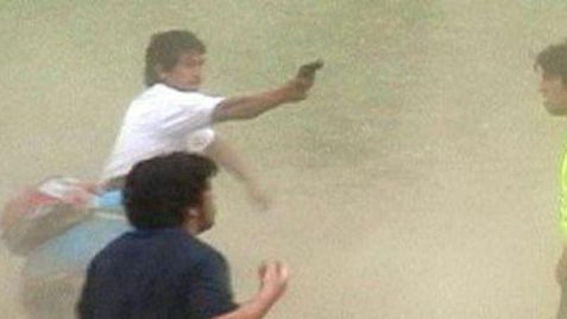 Un footballeur chilien sort un fusil de chasse pendant un match