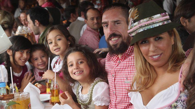 Franck Ribéry, sa femme et ses enfants célèbrent la fête de la bière.