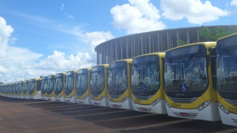 Le stade Mane Garrincha et ses 400 bus (Crédits photo: Daniel Brito/UOL).