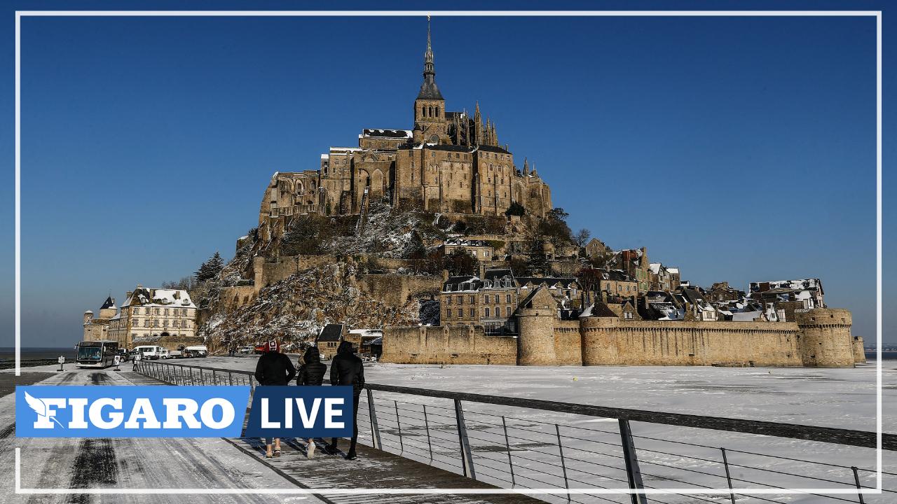 Au Mont-Saint-Michel, sable blanchi par la neige et ciel bleu éclatant