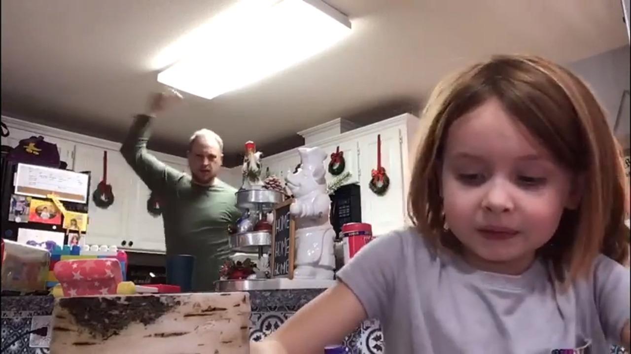 Cette vidéo d'un papa qui danse derrière sa fille vaut le détour
