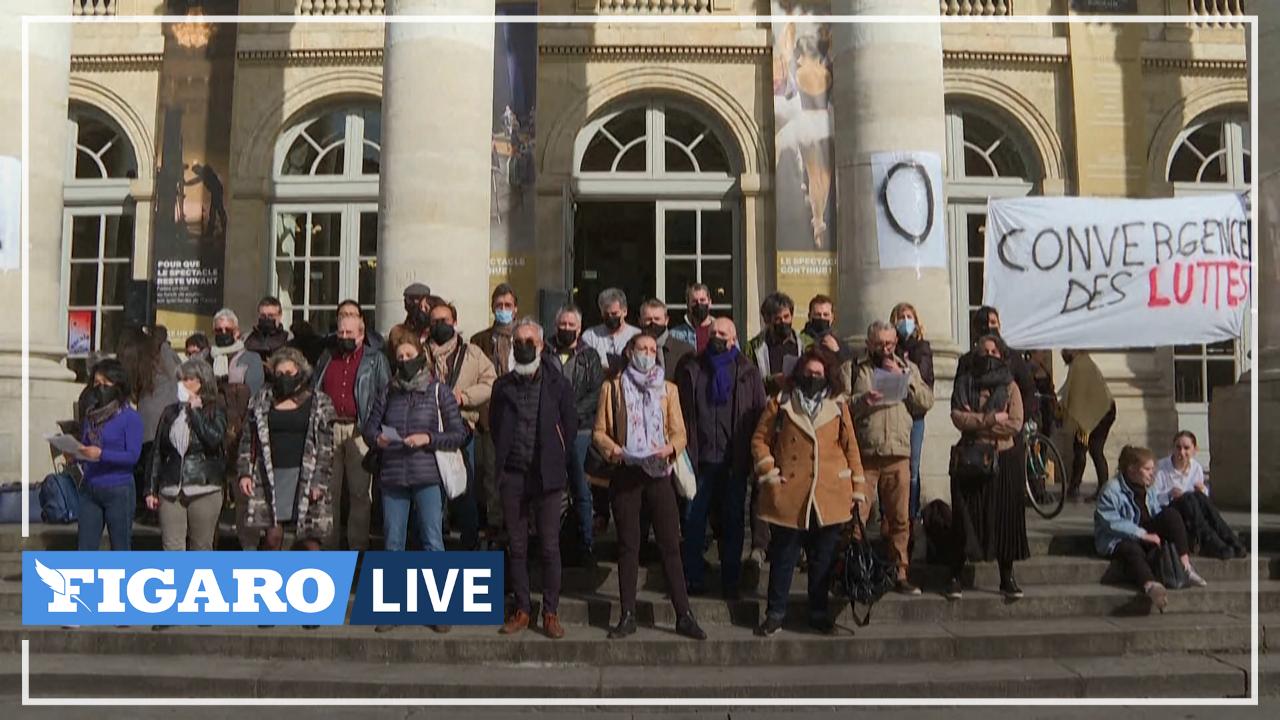 En soutien aux occupations des théâtres, le choeur de l'Opéra de Bordeaux chante devant la foule