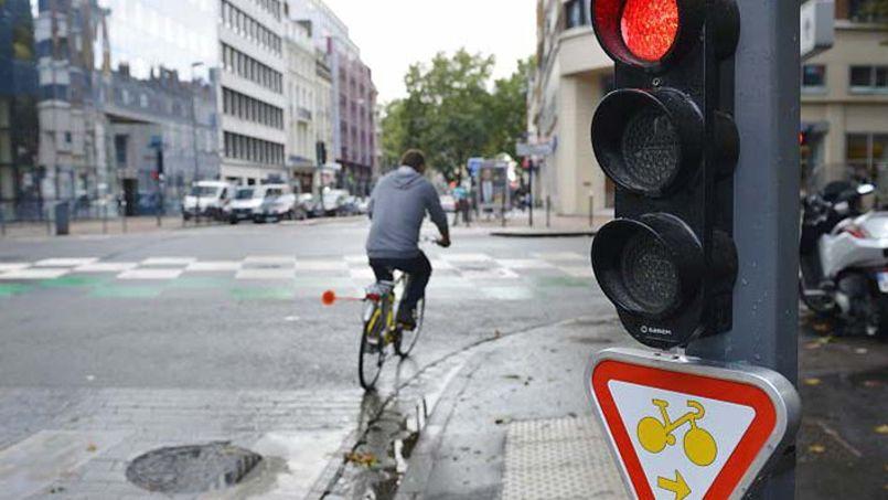 lille les cyclistes peuvent d sormais passer au feu rouge. Black Bedroom Furniture Sets. Home Design Ideas
