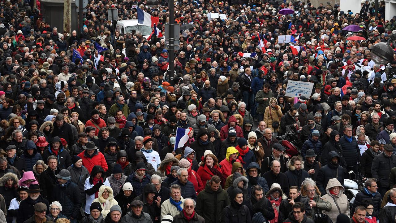 boutique pour officiel marque célèbre plutôt sympa EN DIRECT - Au moins 10.500 «foulards rouges» à Paris pour ...