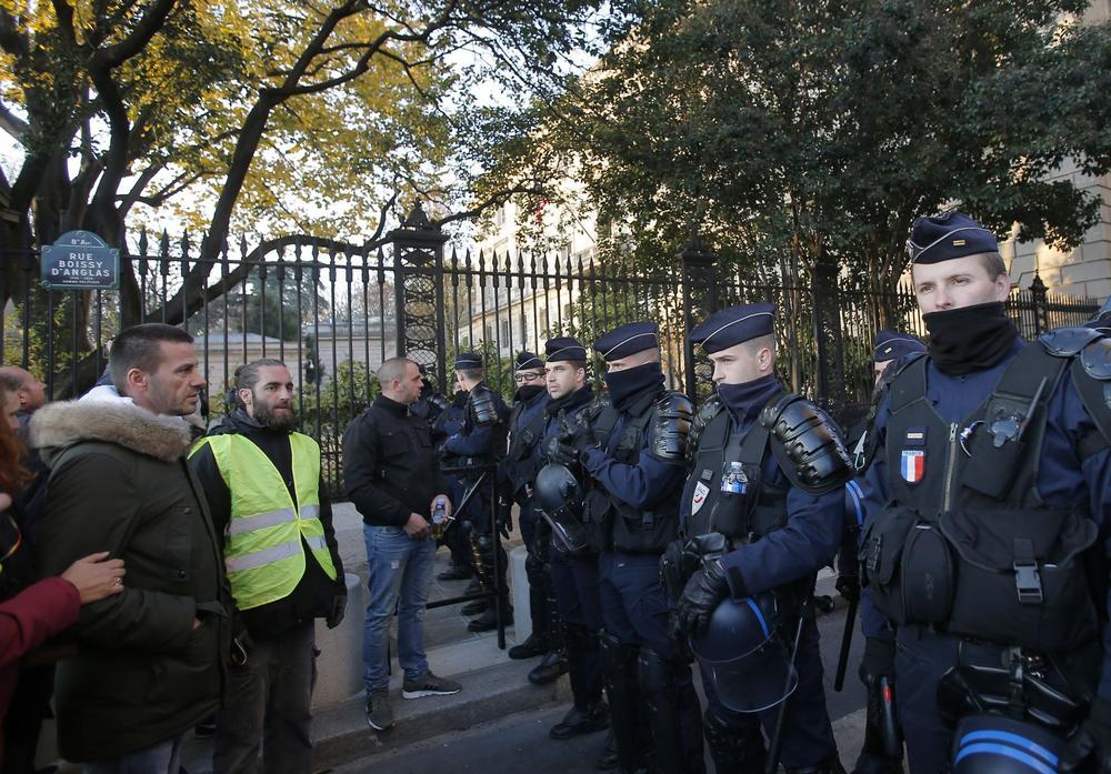 «Gilets jaunes» : Emmanuel Macron, cible et symbole de la colère