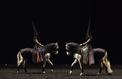 Requiem à la Grande halle de La Villette avec écuyers et chevaux menés à la baguette