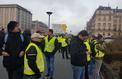«Gilets jaunes» : Porte Maillot, des manifestants bloqués par les CRS ont retiré leur gilet