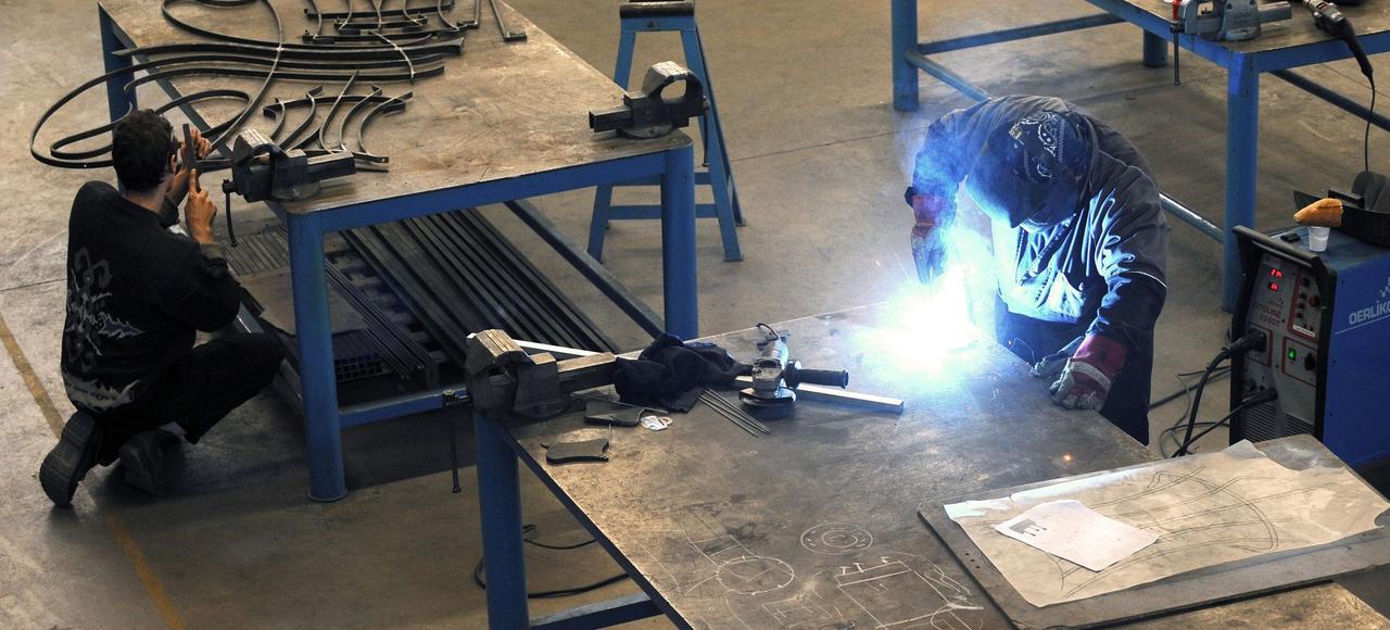 Un jeune compagnon du devoir se forme aux métiers de la métallurgie, en 2014.