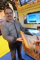 Jean-Louis Hecht pose a coté de son invention le «pani vending»