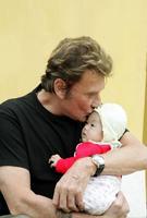 Johnny adopte sa fille Jade à l'orphelinat de Phu Tho au Vietnam en 2004.