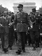 Charles De Gaulle descend les Champs-Élysées à la libération de Paris.