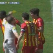 Dépassé, l'arbitre de Bordeaux-Lens repousse violemment un joueur