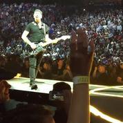 Le guitariste de U2, The Edge, chute en plein concert