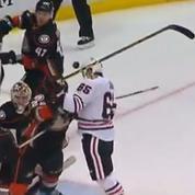 Un joueur de hockey marque un but ... de la tête