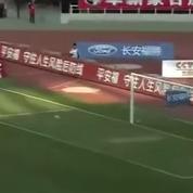 Un gardien chinois se désaltère et prend un but