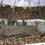 Cadenas d'amour: le pont des Arts commence sa mue