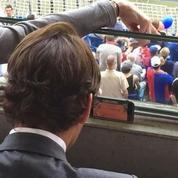 Spectateur d'un match de foot, Federer suit la finale… sur smartphone