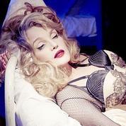Arielle Dombasle, l'éclectique, passe de La Traviata au French Kiss