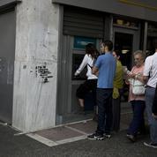 Menacés de faillite, les Grecs retirent leurs économies