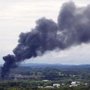 États-Unis : un train chargé de produits toxiques déraille et prend feu