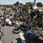 Une énorme chute sur le Tour de France oblige les organisateurs à neutraliser la course