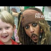 Johnny Depp rend visite à des enfants dans un hôpital