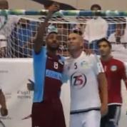 En plein match, un joueur vient prendre un selfie avec Zidane