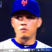 Les larmes d'un joueur de baseball apprenant son transfert en plein match