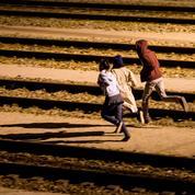 Un migrant traverse, à pied, le tunnel sous la Manche