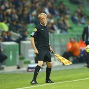 Un spectateur remplace un arbitre blessé en plein match