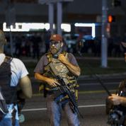 Une milice citoyenne lourdement armée parade à Ferguson