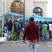 Migrants: devant la mairie du XVIIIe arrondissement de Paris, des matelas à même le sol