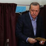 En Turquie, l'AKP d'Erdogan remporte une large victoire