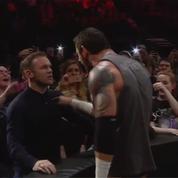 Wayne Rooney gifle un catcheur