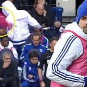 Furieux, Diego Costa balance sa chasuble sur Mourinho
