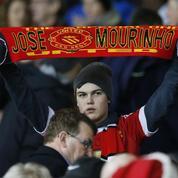 Des écharpes à l'effigie de José Mourinho déjà en vente à Manchester