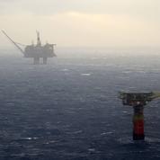 La tempête en mer du Nord frappe des plateformes pétrolières