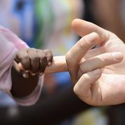 Adoption internationale: moins de 1000 enfants recueillis en France en 2015