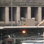 Visite de Rohani à Paris : des Femen simulent une pendaison depuis un pont
