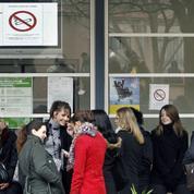 Après les attentats, des proviseurs demandent de laisser les élèves fumer dans la cour